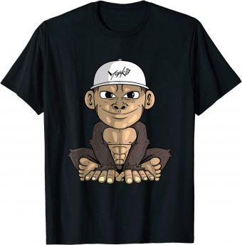 Süßer Affe mit monkä Cap sitzt cool am Boden